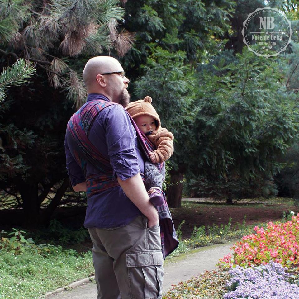 Nošenje pomaže i tati da pronađe mir i zbliži se s bebom nakon dugog radnog dana. Na fotografiji je muž sa sinom u Botaničkom vrtu.