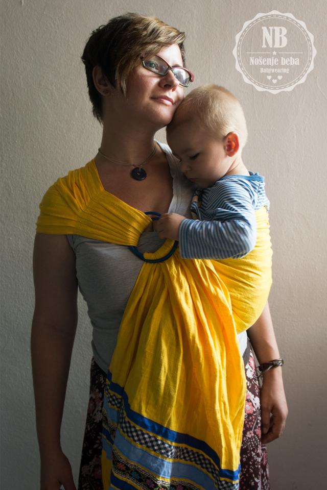 Milili Sunny Yellow sling od debelog lana. Pokušala sam razvući materijal preko ramena no tako su mi prsteni pali prenisko. U prodaju idu slingovi s tipom ramena po želji kupca.