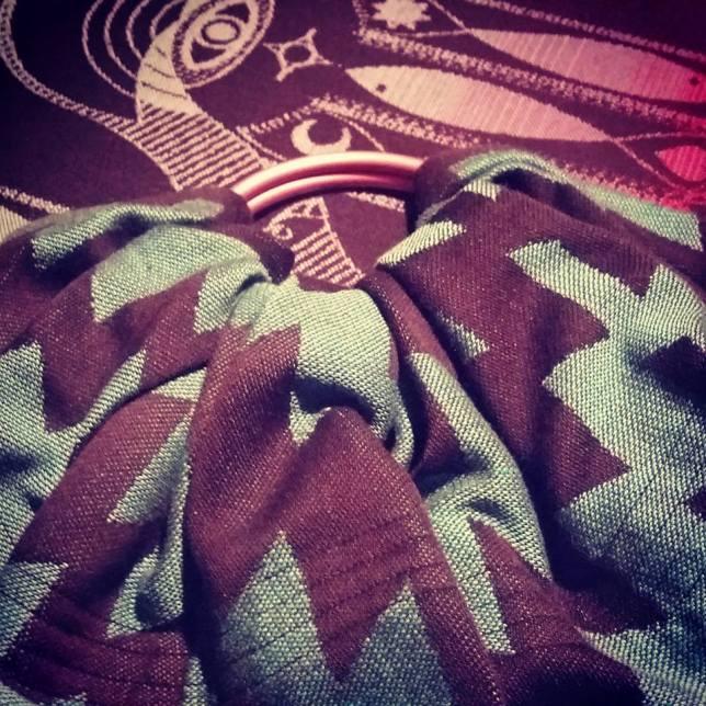 Milili sling od tkane marame s nabranim tipom ramena.