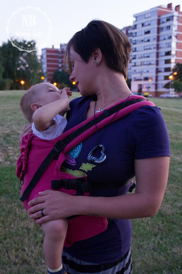 Nošenje bebe u ISARA klokanici na boku.