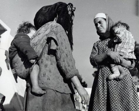 Židovske majke s djecom u Maroku. Je li ovako nošen Isus? (Autor: Alexander Taylor, 1948.)