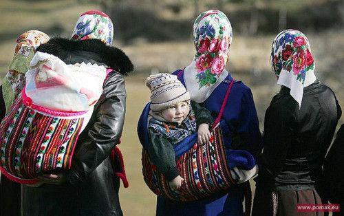 """Fotografija A. Emonovog prijazuje tradicionalno nošenje u bugarskim planinama Rodopi. Ovu nosiljku zovu """"tsedilo"""" (""""tsedilka"""") i u njoj su znali nositi i drva. Čak i danas u planinskim selima bake u ovim nosiljkama nose unučad. Je li moguće da je ovo zapravo """"vlaška torba"""" budući da izgleda azijski a Bugari imaju azijsko podrijetlo..? Treba to istražiti."""