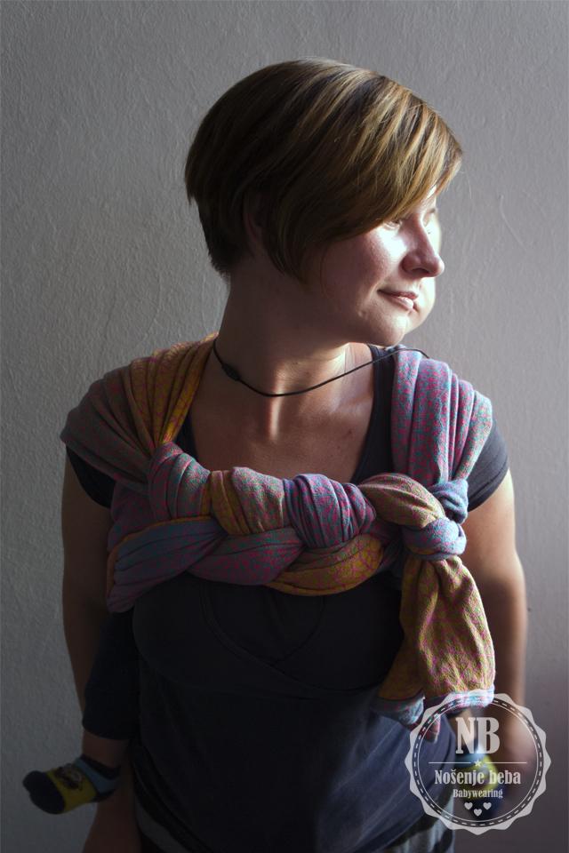 """Natibaby Safi Sunset u vezu DH """"Rapunzel"""". U pletenici su do izražaja došle sve boje koje nijansiraju tirkizne, ružičaste i žute niti u tkanju."""
