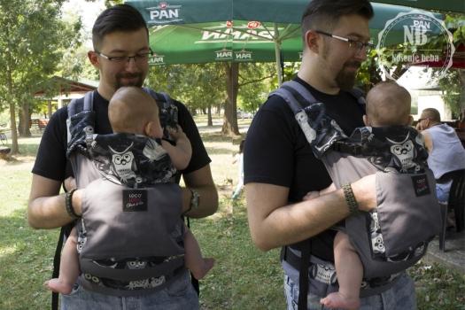 Tata sa četveromjesečnom kćeri u Click&Go™ nosiljci s jastučićem.