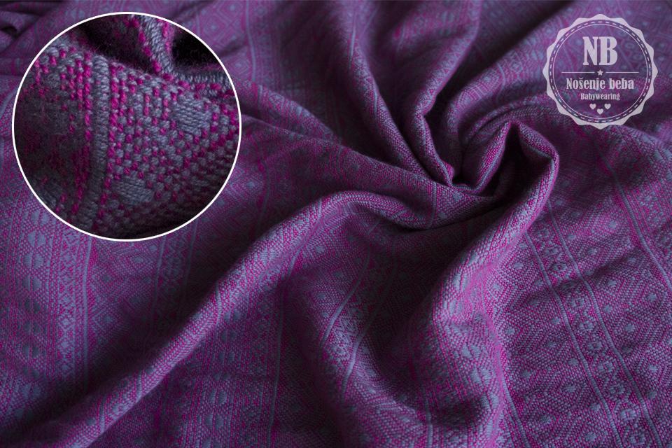 """Žakardni """"Indio"""" uzorak Didymos je razvio još 1972. g. Usko je povezan s povijesti ove njemačke tvrtke jer je inspiriran prvom maramom za nošenje uvezenom iz Južne Amerike radi koje su se tkane marame za nošenje uopće i počele proizvoditi."""