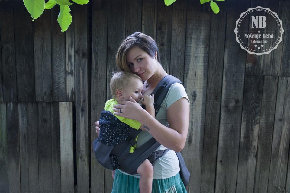"""""""Loco Tai""""tai je po 5 cm uži i kraći od klokanice pa zato nije potreban jastučić za nošenje beba starosti 4. -6 mjeseci. Također radi togai kraće bebi omogućuje idealan položaj i potporu od koljena do koljena."""