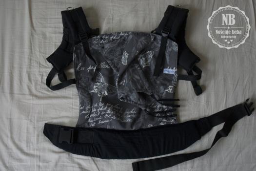 Meka oblikovana nosiljka (SSC) u izvedbi zMajčica iz BiH.Naramenice su zakrivljene kako bi bolje pratile liniju tijela i nosiljka bila udobnija.