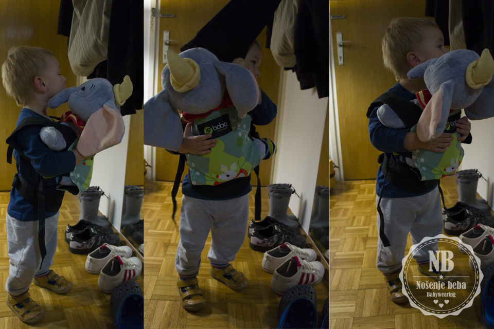 Molim da ne kupujete falsificirane nosiljke čak i ako su one samo za nošenje lutki i plišanaca. Na fotografiji je moj 22-mjesečni sin s nosiljkom za lutke Boba Mini.