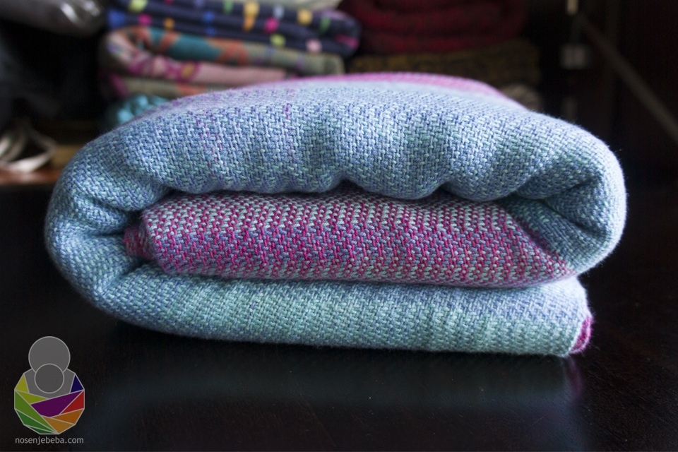 Marama je ručno tkana s ručno bojanim češljanim neizbijeljenim pamukom. Teška je ~323 g/m2, široka 70 cm a duga 3.40 m.