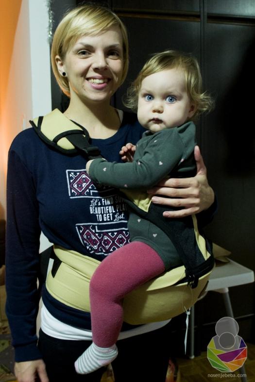 Tamia Gregorović s 14-mjesečnom kćeri Ditom u SIMPLE modelu nosiljke.