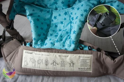 """Nosiljka je namještena za nošenje novorođenčeta: mekani panel je sužen s gumbićima i omogućava maloj guzi da upadne duboko i kukovlje zauzme optimalni položaj""""žabice"""" s koljenima više u odnosu na guzu. Ukoliko ste zbog roditeljskoj umora smeteni i zaboravite kako se nosiljka kopča možete zaviriti u upute koje su ušivene u pojas nosiljke!"""