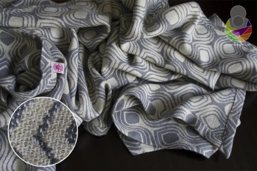 Tkanje s dvije potke na jednoj osnovi (eng. triweave) marami daje voluminoznost i težinu, ali ujedno i mekoću, veliku dijagonalnu elastičnost...