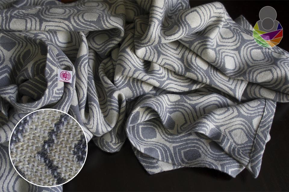 Tkanje s dvije potke na jednoj osnovi marami daje voluminoznost i težinu, ali ujedno i mekoću, veliku dijagonalnu elastičnost...