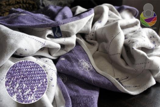 Albus Twilight Starmap strojno je tkana marama s 25% merino vune i 75% češljanog pamuka, težine oko 250 g/m2 i izdašne širine od 68 cm.